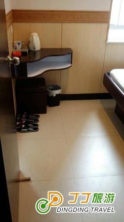 全酒店更齐备火警钟,烟帽探测器,灭火器,走火通道指示灯等消防设备.