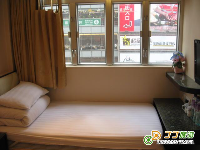酒店房间设施高档,床头柜,独立电源.